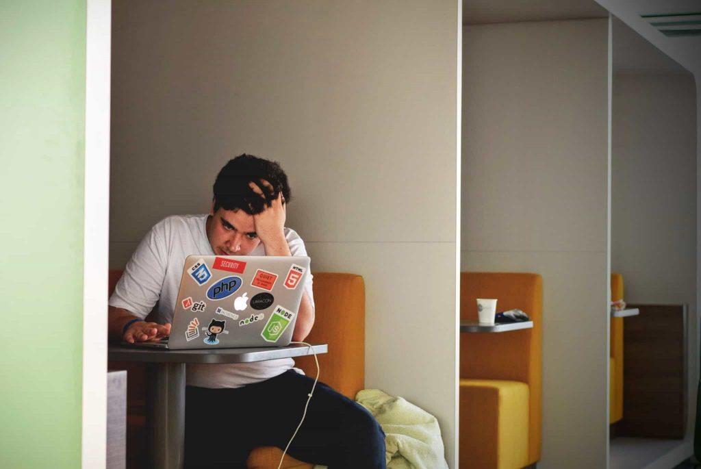 勉強する男性